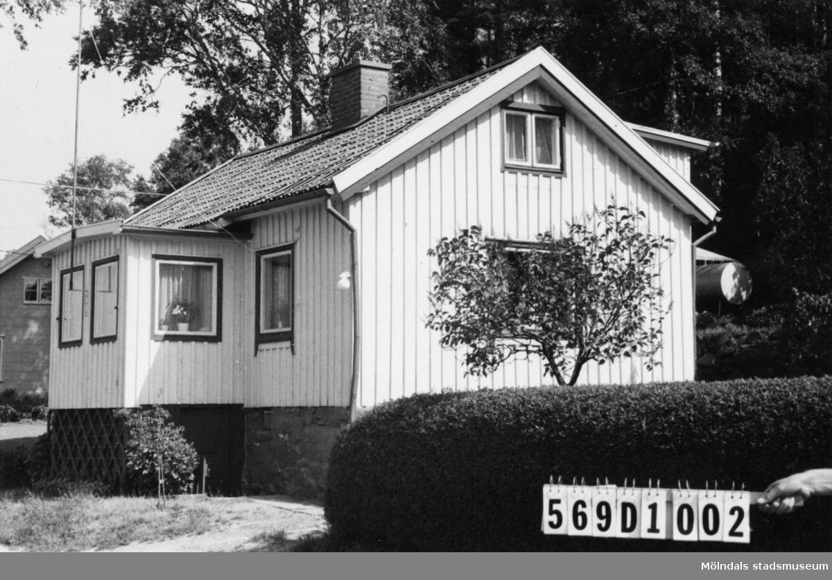 Byggnadsinventering i Lindome 1968. Berget 1:7. Hus nr: 568C2003. Benämning: permanent bostad och redskapsbod. Kvalitet: god. Material: trä. Tillfartsväg: framkomlig. Renhållning: soptömning.