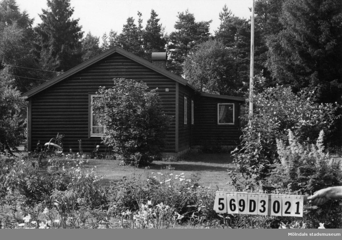 Byggnadsinventering i Lindome 1968. Berget 1:44. Hus nr: 569D3021. Benämning: fritidshus, redskapsbod och lekstuga. Kvalitet, fritidshus: mycket god. Kvalitet, redskapsbod: god. Kvalitet, lekstuga: mindre god. Material: trä. Tillfartsväg: framkomlig. Renhållning: soptömning.