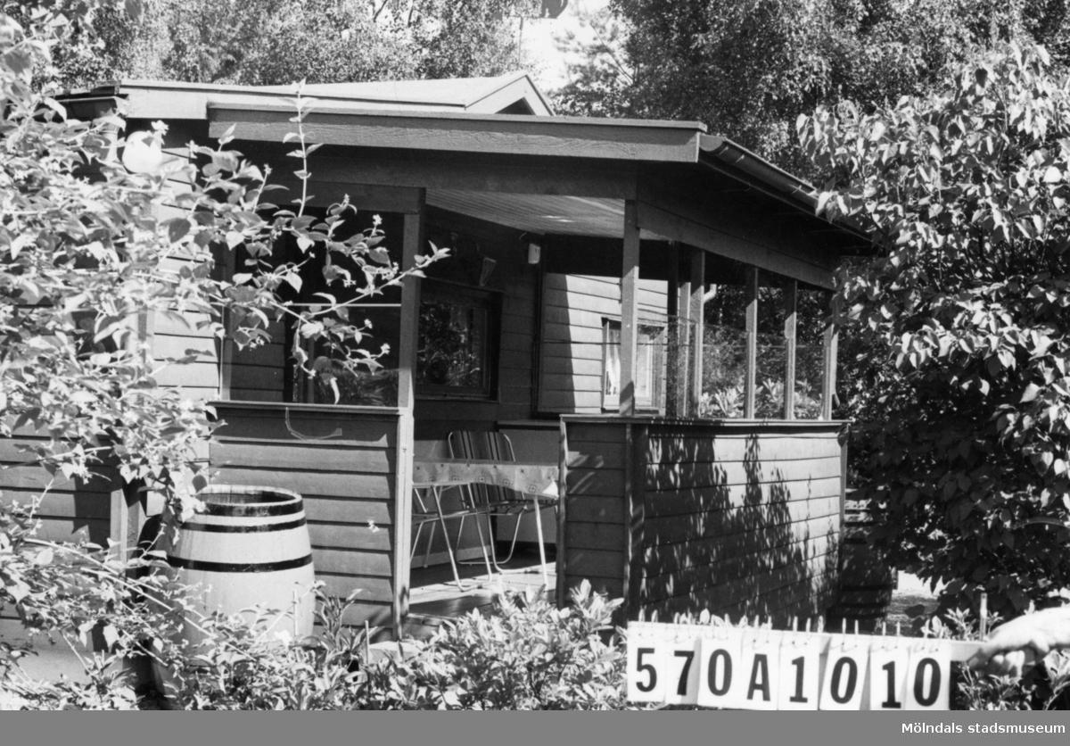 Byggnadsinventering i Lindome 1968. Annestorp 6:49. Hus nr: 570A1010. Benämning: fritidshus och två redskapsbodar. Kvalitet, fritidshus: god. Kvalitet, redskapsbodar: mindre god. Material: trä. Tillfartsväg: framkomlig. Renhållning: soptömning.