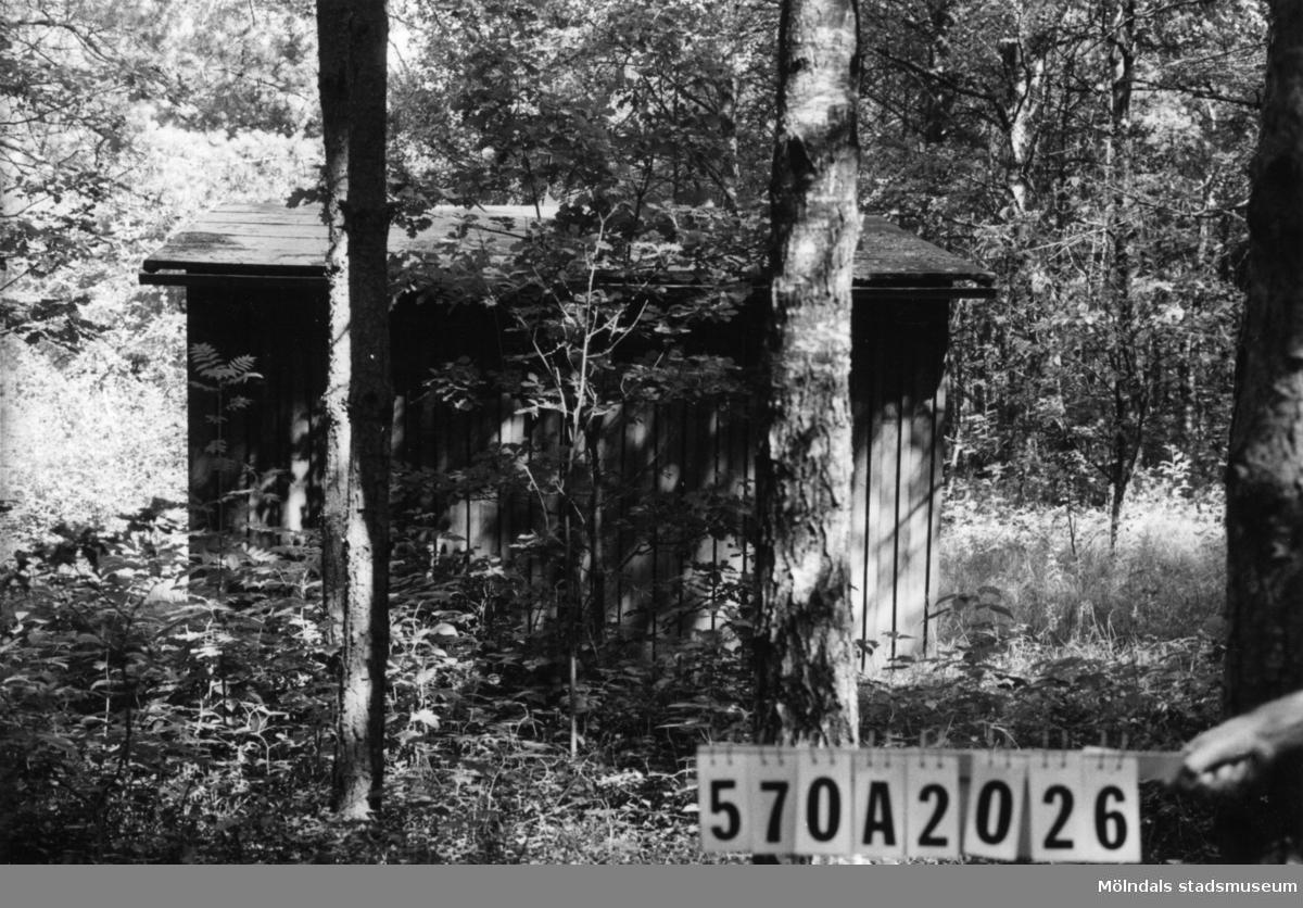 Byggnadsinventering i Lindome 1968. Annestorp 6:21. Hus nr: 570A2026. Benämning: fritidshus och redskapsbod. Kvalitet: mindre god. Material: trä. Övrigt: skogstomt. Tillfartsväg: framkomlig.