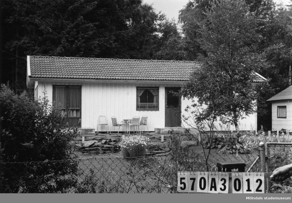 Byggnadsinventering i Lindome 1968. Annestorp 2:93. Hus nr: 570A3012. Benämning: permanent bostad och gäststuga. Kvalitet, bostadshus: mycket god. Kvalitet, gäststuga: god. Material, bostadshus: trä. Material, gäststuga: eternit. Tillfartsväg: framkomlig. Renhållning: soptömning.