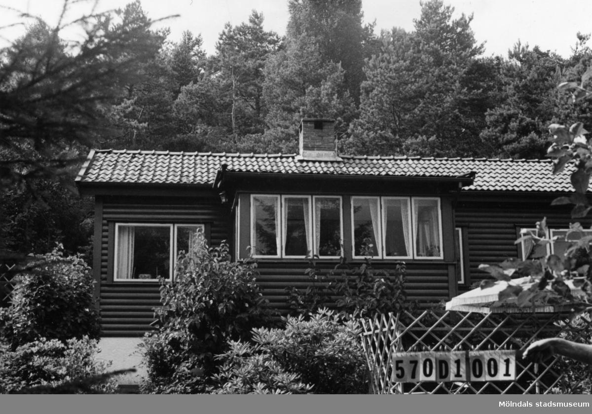 Byggnadsinventering i Lindome 1968. Annestorp 2:86. Hus nr: 570D1021. Benämning: fritidshus och redskapsbod. Kvalitet, fritidshus: god. Kvalitet, redskapsbod: mindre god. Material: trä. Tillfartsväg: framkomlig. Renhållning: soptömning.