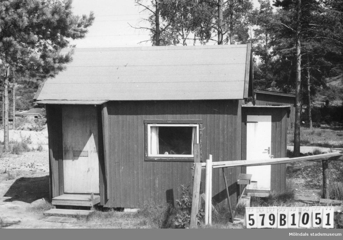 Byggnadsinventering i Lindome 1968. Lindome 6:72. Hus nr: 579B1051. Benämning: fritidshus. Kvalitet: mindre god. Material: trä. Övrigt: grund beredd för nytt hus. Tillfartsväg: framkomlig. Renhållning: soptömning.