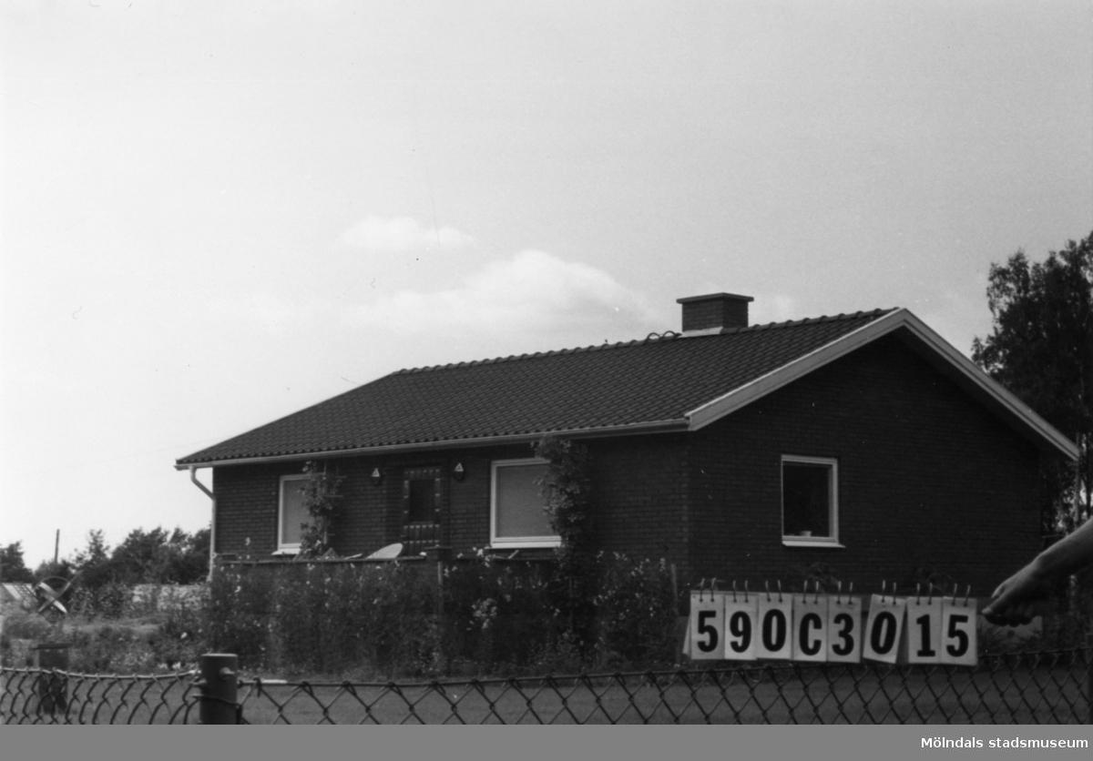 Byggnadsinventering i Lindome 1968. Torvmossared 1:45. Hus nr: 590C3015. Benämning: permanent bostad. Kvalitet: mycket god. Material: rött tegel. Tillfartsväg: framkomlig. Renhållning: soptömning.