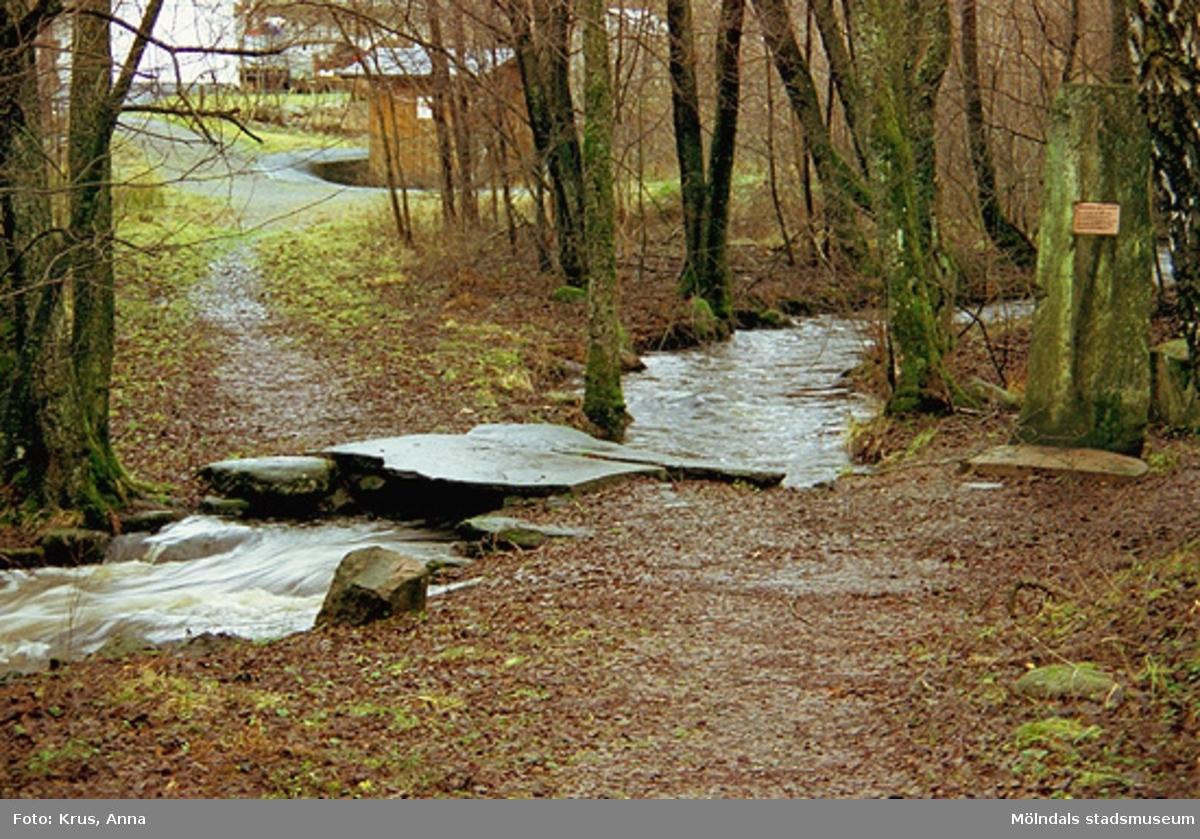 En bäck, som ligger i Flabäck. Gränsen mellan Kållered och Lindome går i bäcken. Här hölls fredsförhandlingar på 1500-1600-talen.  Gränsstenen är rest av Kållereds Hembygdsgille. Den resta stenen låg längre upp i bäcken. En av brostenarna kommer från Heljered.
