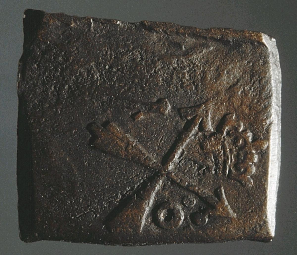 Ett fyrkantigt kopparmynt, s k klipping, med valören 1 öre. På myntets åtsida är två kronor samt versalerna G och A svagt synliga. G står till vänster om kronorna, medan A är placerat ovanför kronorna. Präglingsåret längst ner på åtsidan är 1625, endast delvis läsligt. Åtsidans prägling är ocentrerad. På myntets frånsida syns två korsade pilar under en krona. Till vänster om pilarna syns siffran 1, till höger versalerna Ö och R. Frånsidans prägling är ocentrerad. Myntets vikt uppgår till 28,6 gram. Myntets åtsida är sliten.  Text in English: Square-shaped coin. Denomination: 1 öre. The obverse side has two crowns, partly visible. The initials G A appear in capital letters. G placed to the left and A above the crowns. The four digit year of coinage, 1625, is placed beneath the crowns and the initials. The date is only partly legible. The coin stamp is off-centre. The reverse side has two crossed arrows beneath a crown, partly legible. To the left of the arrows is the numeral 1, to the right the initials ÖR. The coin stamp is off-centre. Present condition: the obverse side is worn. Weight: 28,6 gram.