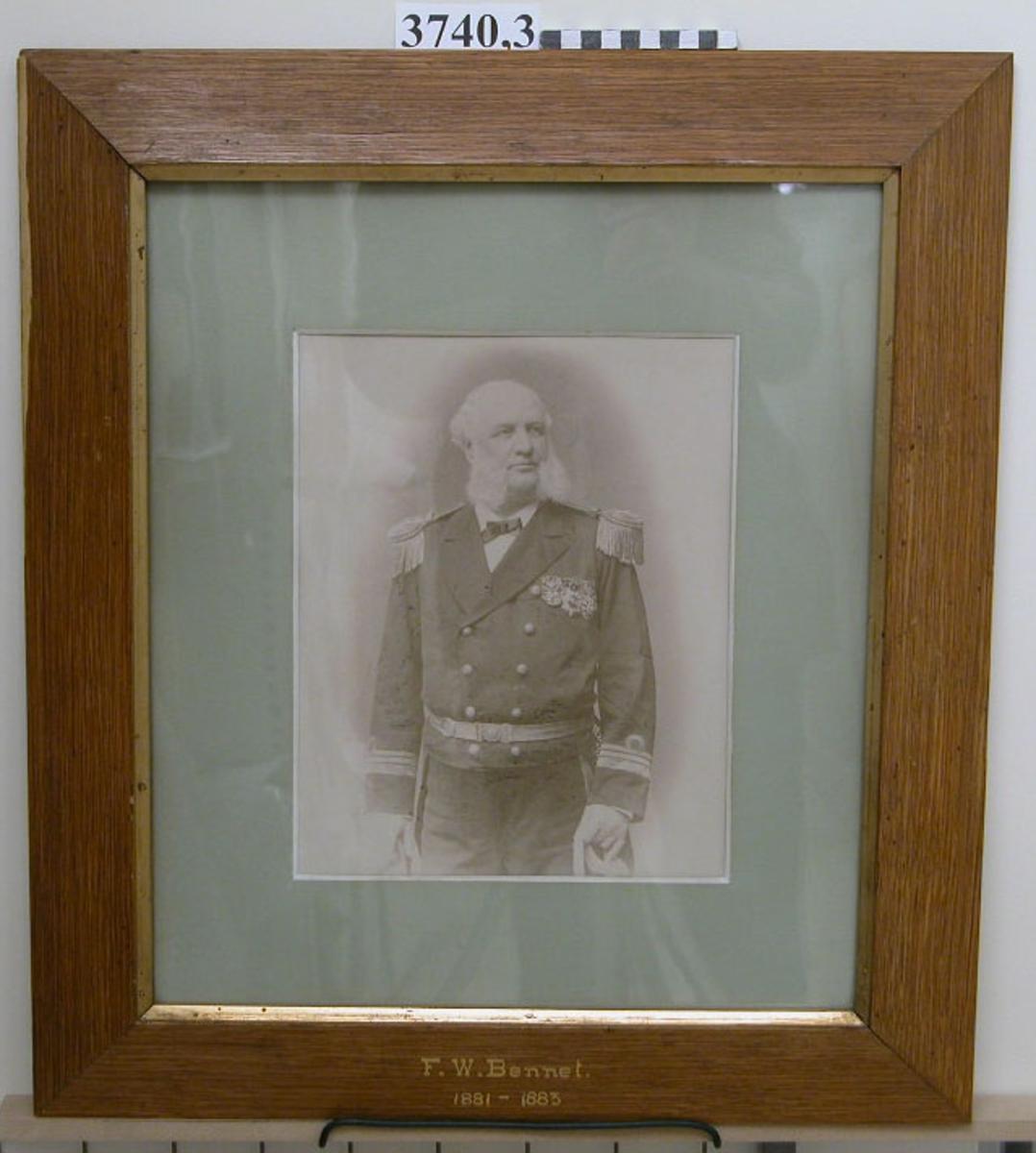 Fotografi F W Bennet 1881-83. 25 st fotografier inom glas och ram, av ekfanér, av porträtt av cheferna för Skeppsgossekåren i Karlskrona åren 1875 - 1939. MM3740:1-25.