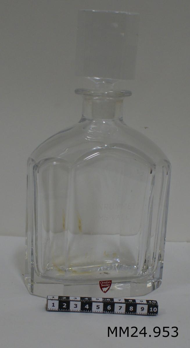 Karaff med glaskork. text i glaset: GUNRUMMET HMS VALE