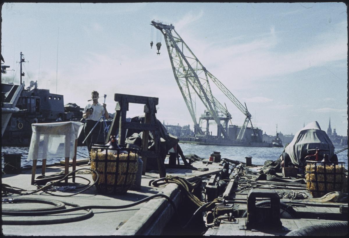 Fartyg: LODBROK                         Övrigt: Dykarflotten som användes vid bärgningen av Vasa. I bakgrunden syns lyftkranen Lodbrok.
