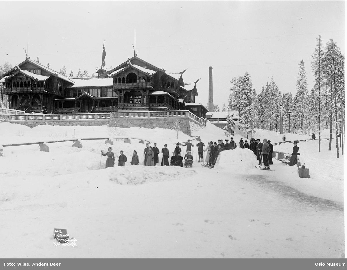 Holmenkollen turisthotell, mennesker, ski, kjelker, skorstein, skog, snø