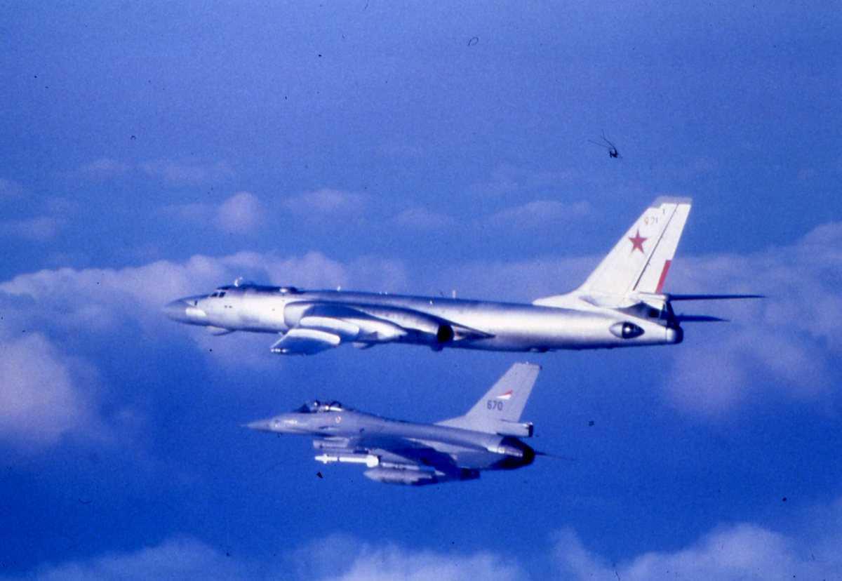 Russisk fly av typen Badger D med nr. 97. Nærmest sees en F-16 med nr. 670.