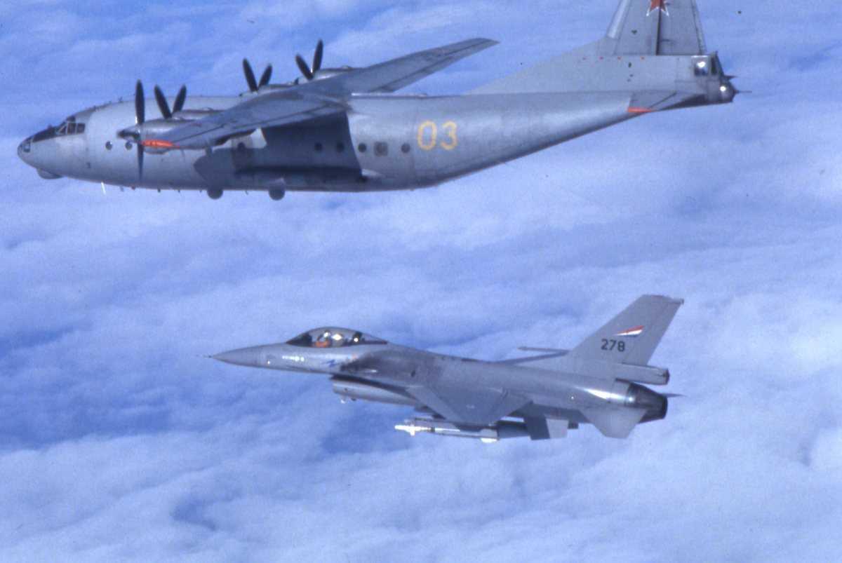 Russisk fly av typen Cub med nr. 03 og en F-16 under med nr. 278.
