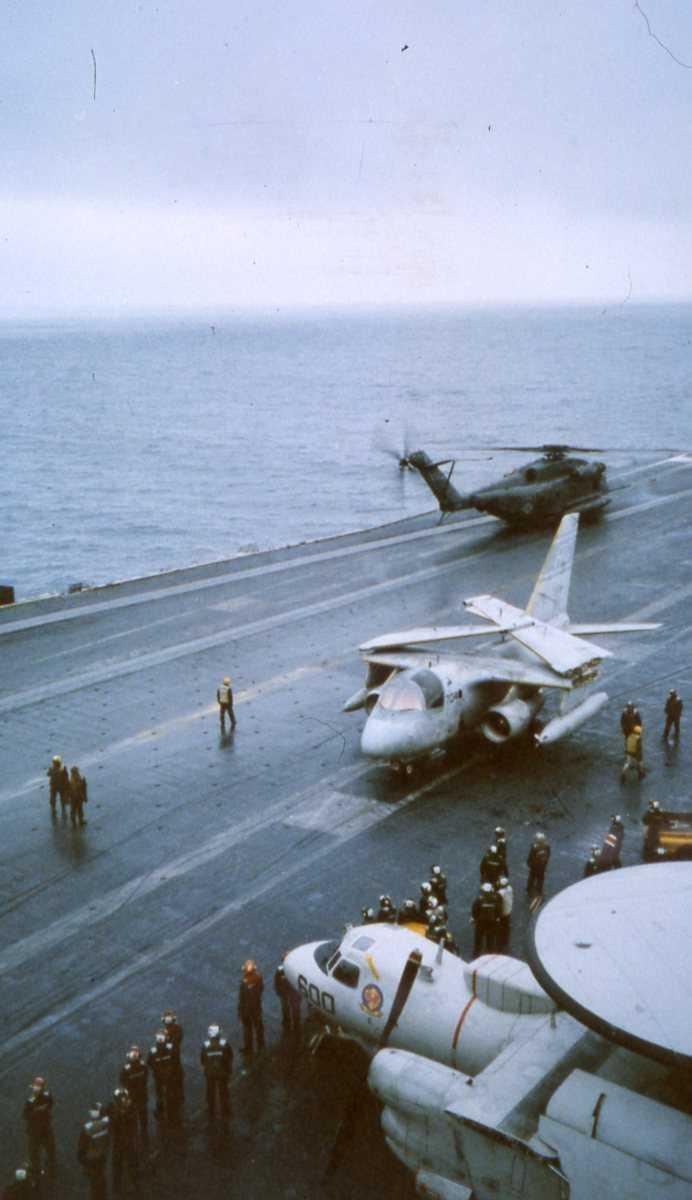 Amerikanske fly av typen E-2C Hawkeye, S-3 Viking og CH-53 Sea Stallion. Alle flyene er ombord på Hangarskipet Eisenhower med nr. CVN 69, som er ute i Vestfjorden.