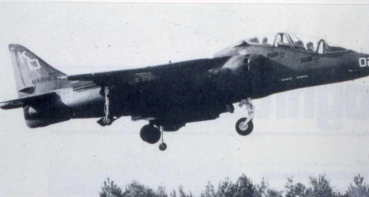 Amerikansk fly av typen AV-8B Harrier med nr. 02.
