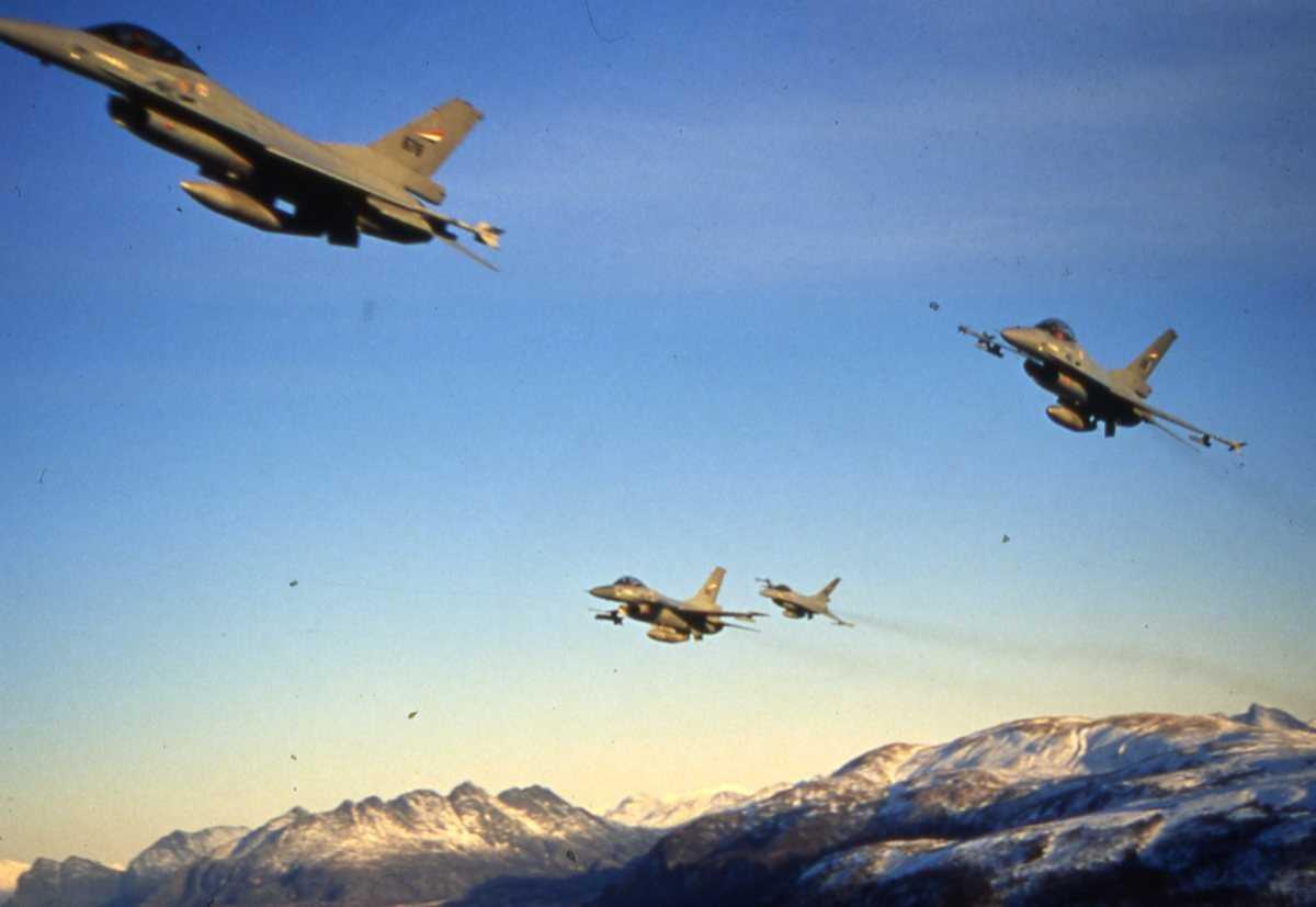 Norske fly av typen F-16 Falcon i formasjon. Flyene tilhører 331 skvadron, Bodø hovedflystasjon.
