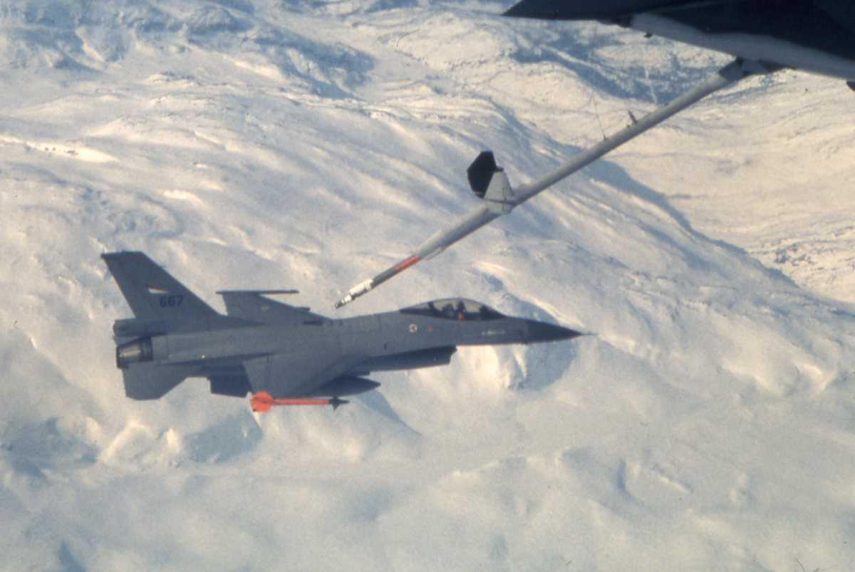 Norsk fly av typen F-16 Falcon med nr. 667. Flyet tilhører 334 skvadron, Bodø hovedflystasjon. F-16 fyller drivstoff fra en amerikansk KC-10 Extender tankfly.