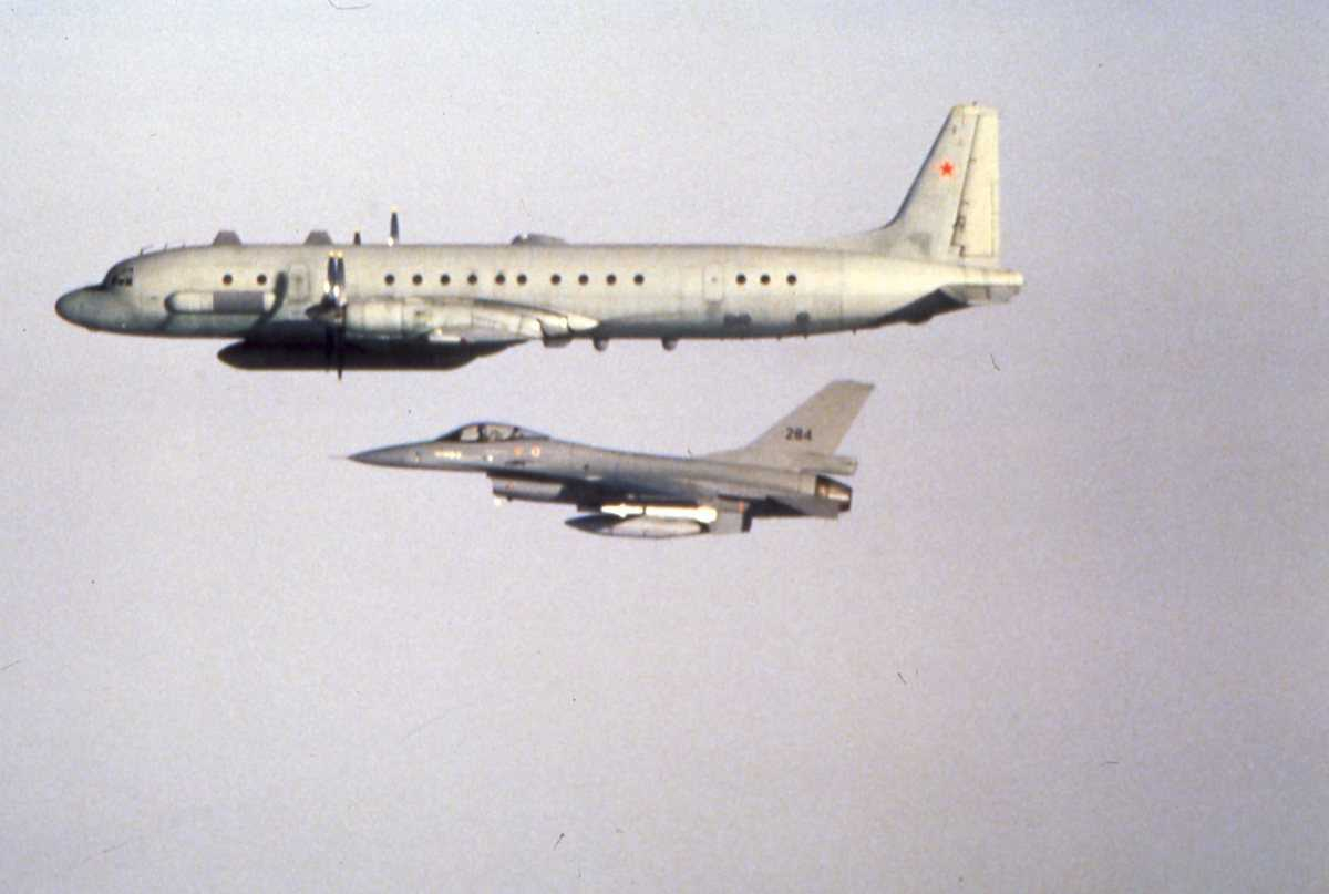 Russisk fly av typen Coot A med en norsk F-16 med nr. 284 ved siden av.