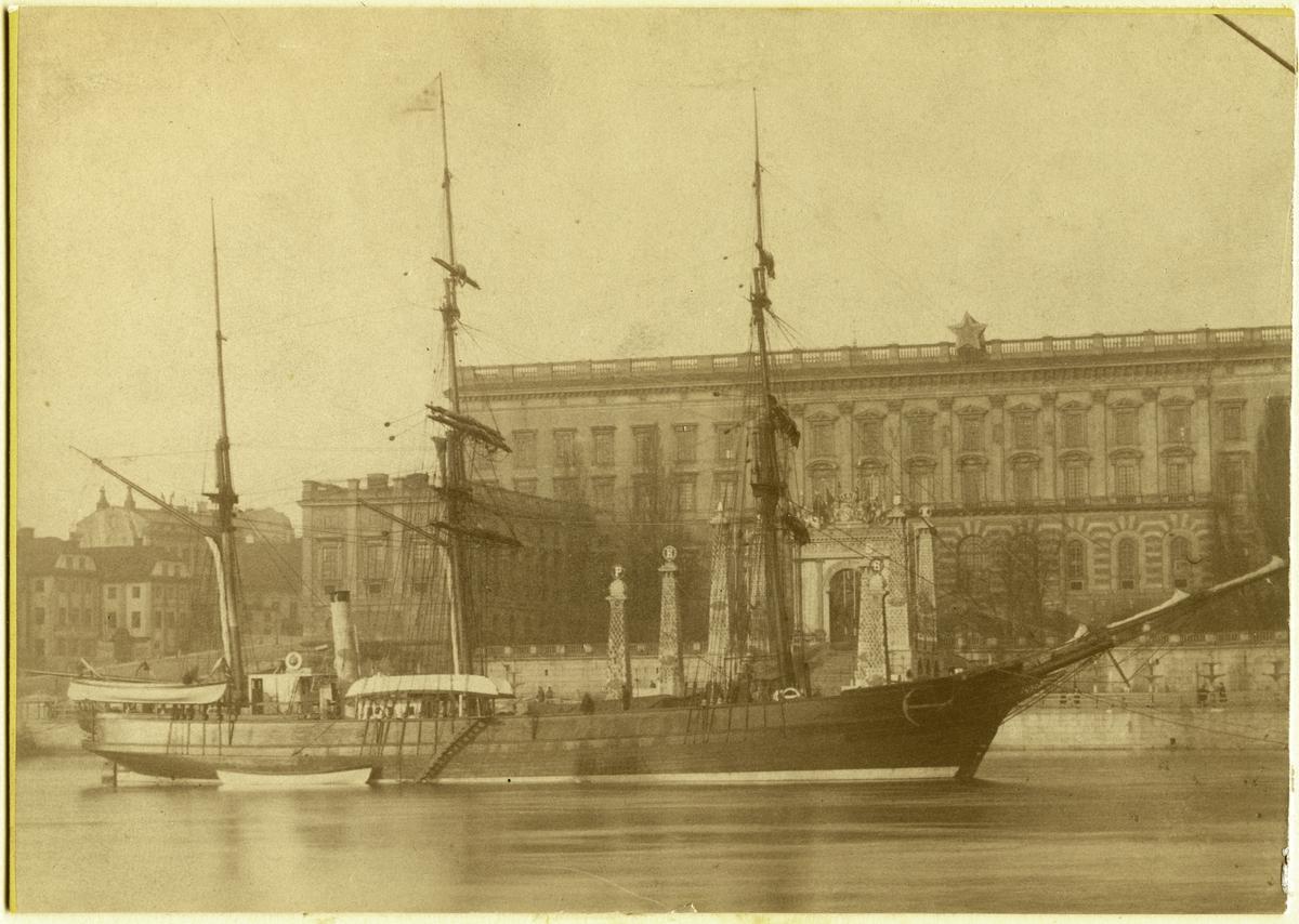 VEGA intill Stockholms slott, april 1880.