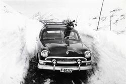 Ivar Hjelmen med  ein Ford F-60212 1951-modell  på Hemsedalf