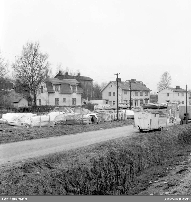 Segervalds Motor vid Björneborgsgatan/Almedalsvägen på Skönsmon. Exteriörbild med båtar uppställda utanför.