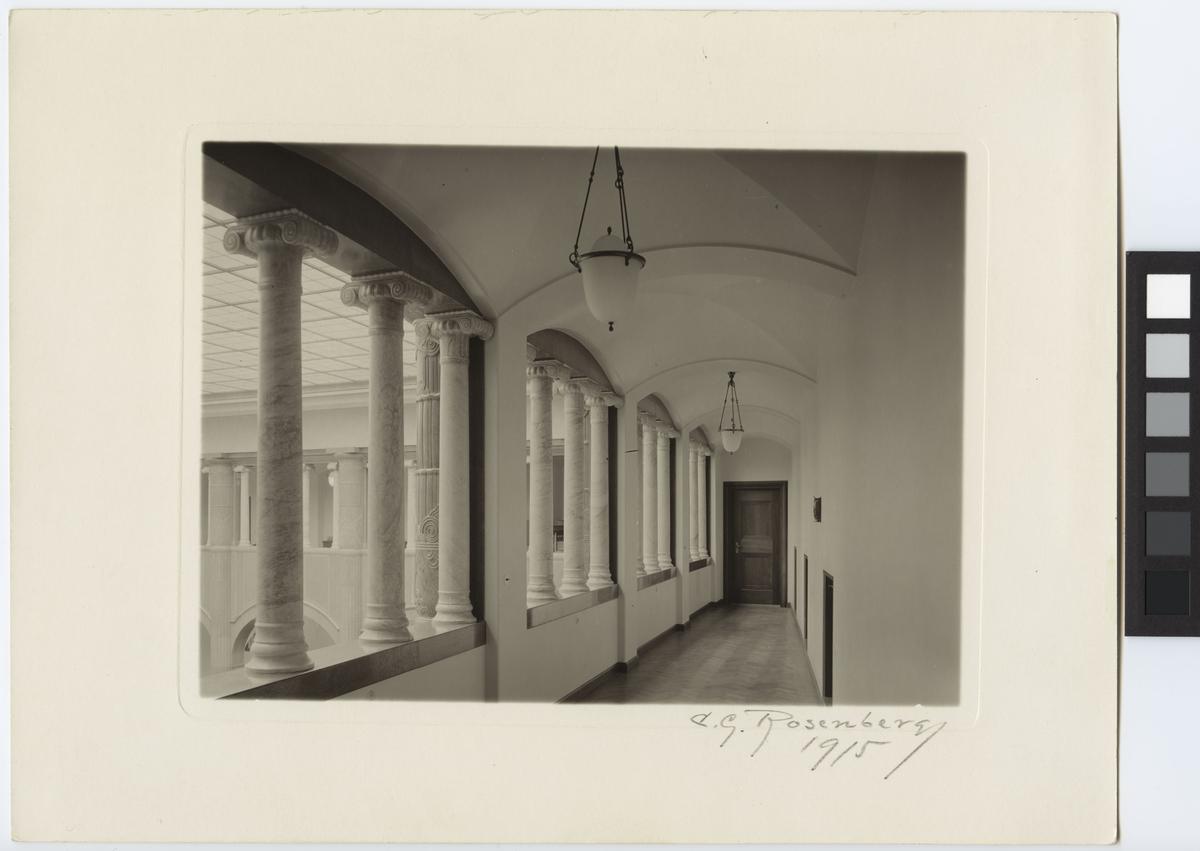 Stockholms Enskilda Bank Interiör, arkad med kolonner på övre våningsplan öppen mot banhallen.