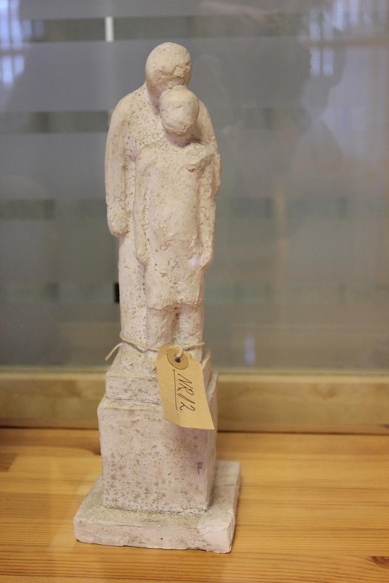 Skulptur i gips. Første utkast for falne fra 1947