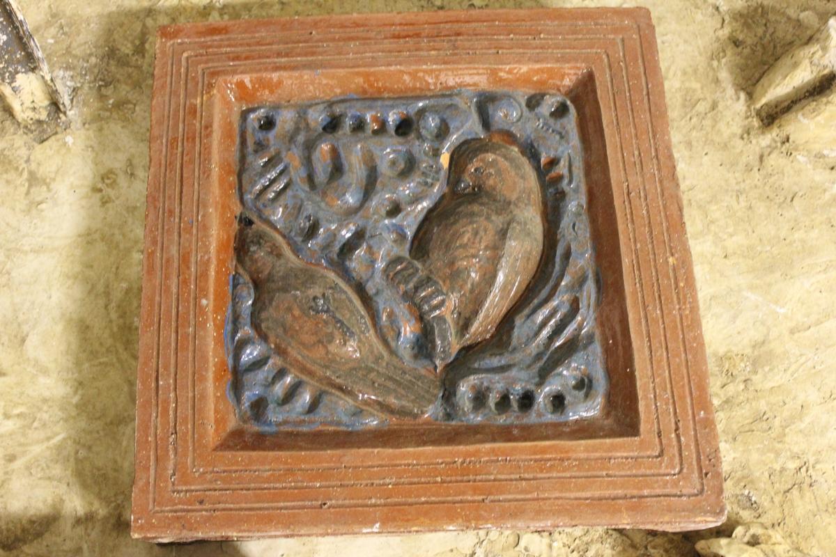 Relieff i keramikk med fuglemotiv. Dette er prøve. Se også nr.246