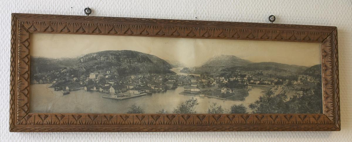 Fotografi av et byområde som ligner Flekkefjord. Utskjært treramme