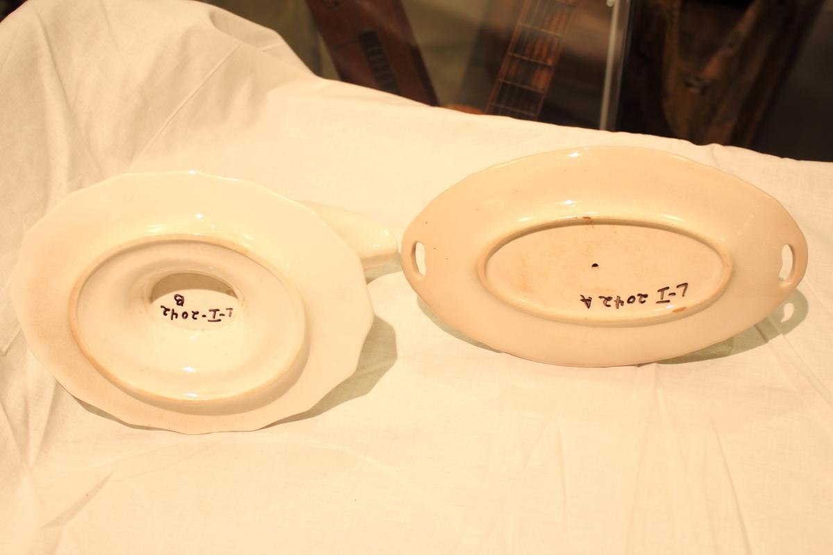 To sausenebb i hvit porselen