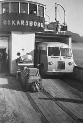 """HORBs buss X-25 på fergen """"Oskarsborg"""", mellom Øyjord og Vas"""
