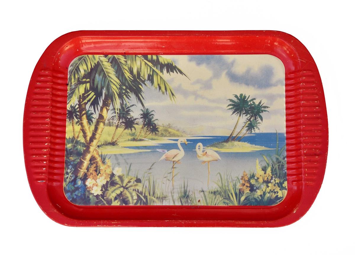 Rektangulert serveringsbrett med påtrykkt motiv/landskap med sjø, palmer, blomster og flamingoar.