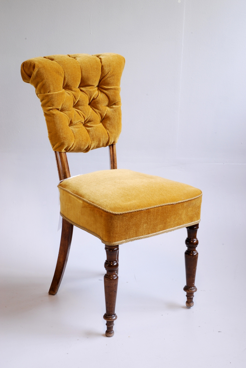 Salongstol med polstra/stoppa sete og rygg - Stolen har ikkje armlener.