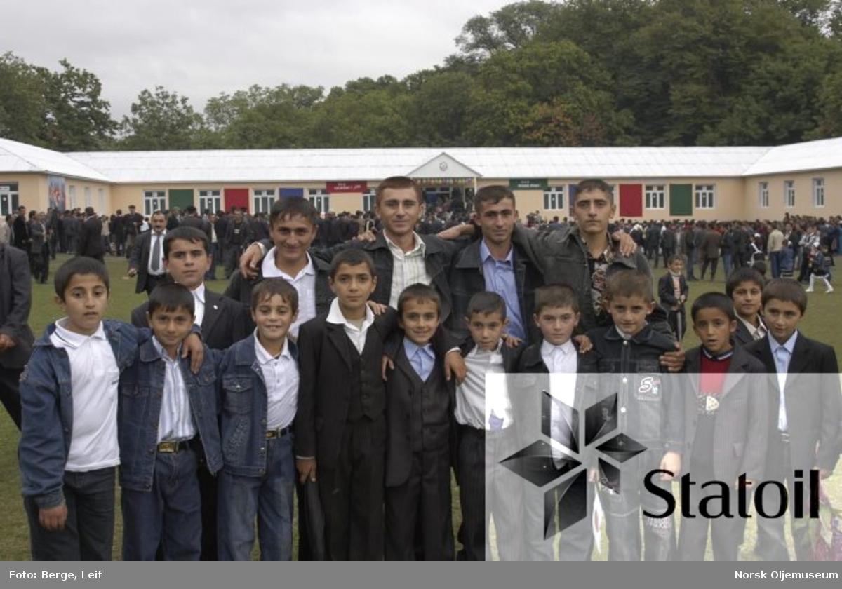 Ansatte på Statfjord, Sleipner og Draupner har samlet inn om lag 150 000 kroner øremerket til opprusting av skoler i fattige landsbyer ved foten av Kaukasusfjellene i Aserbajdsjan.  I begynnelsen av oktober 2006 ble en ny skole innviet.
