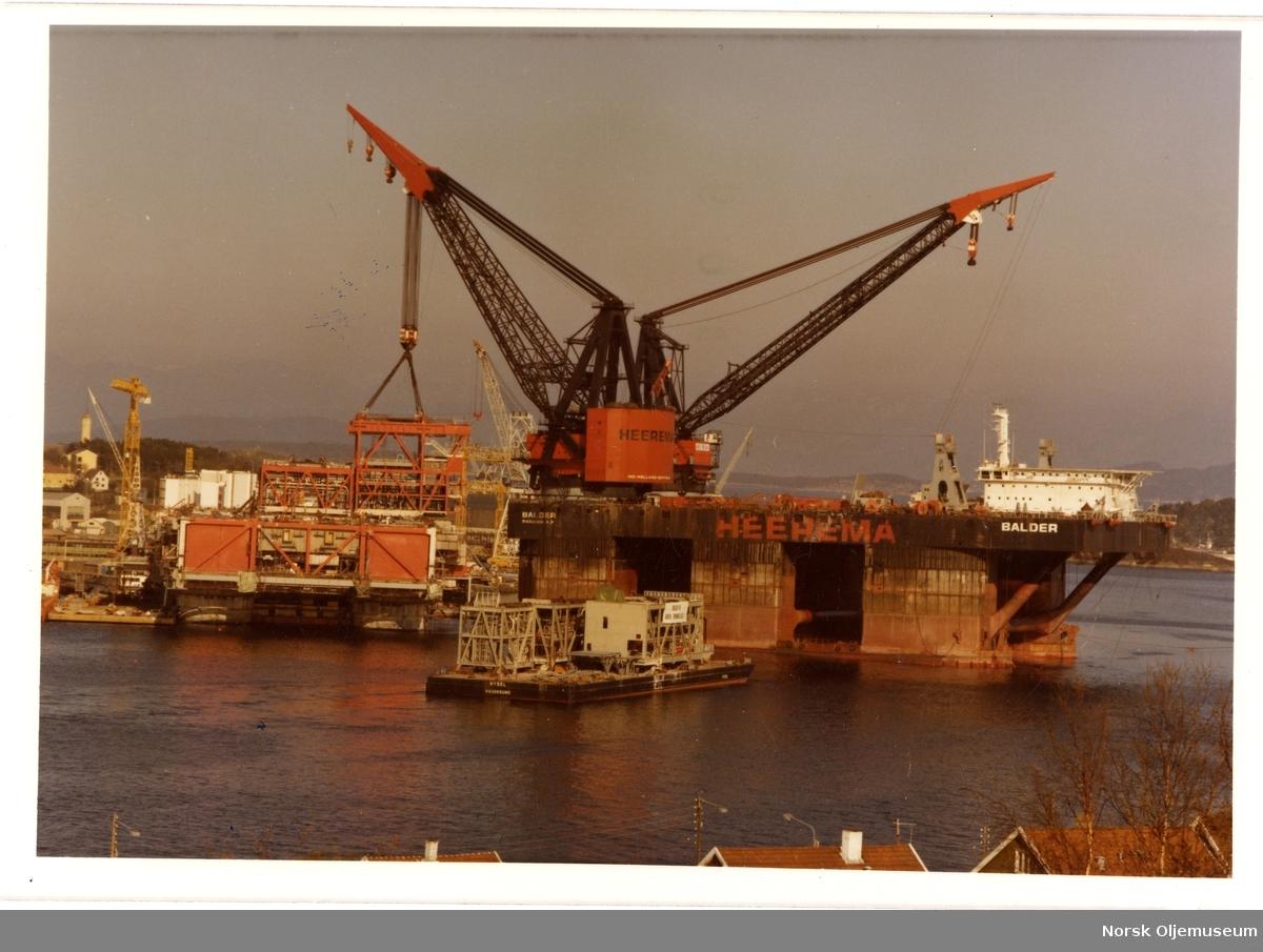 DCV (Deepwater Construction Vessel) Balder løfter moduler til en av Statfjordplattformene.