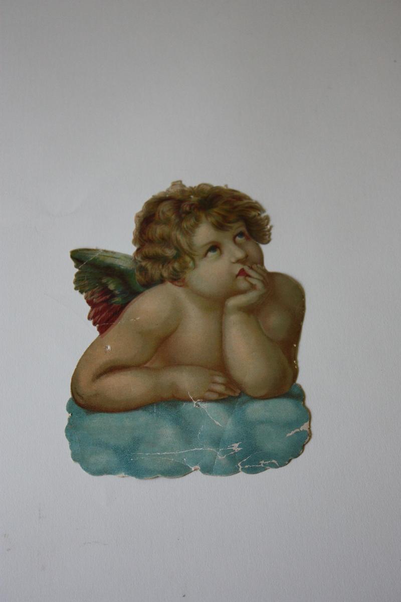 Overkroppen av ein engel som lenar seg på ei sky. Eine handa støttar haka.