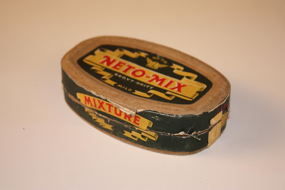 Øskja er laga av voksa papp Forma er oval. Laga i tre deler med to motståande lok og eijn vegg i midten som dei to loka går utanpå