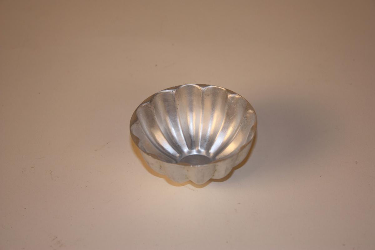 Form: rund form. Rilla med 12 tunger rundt kanten