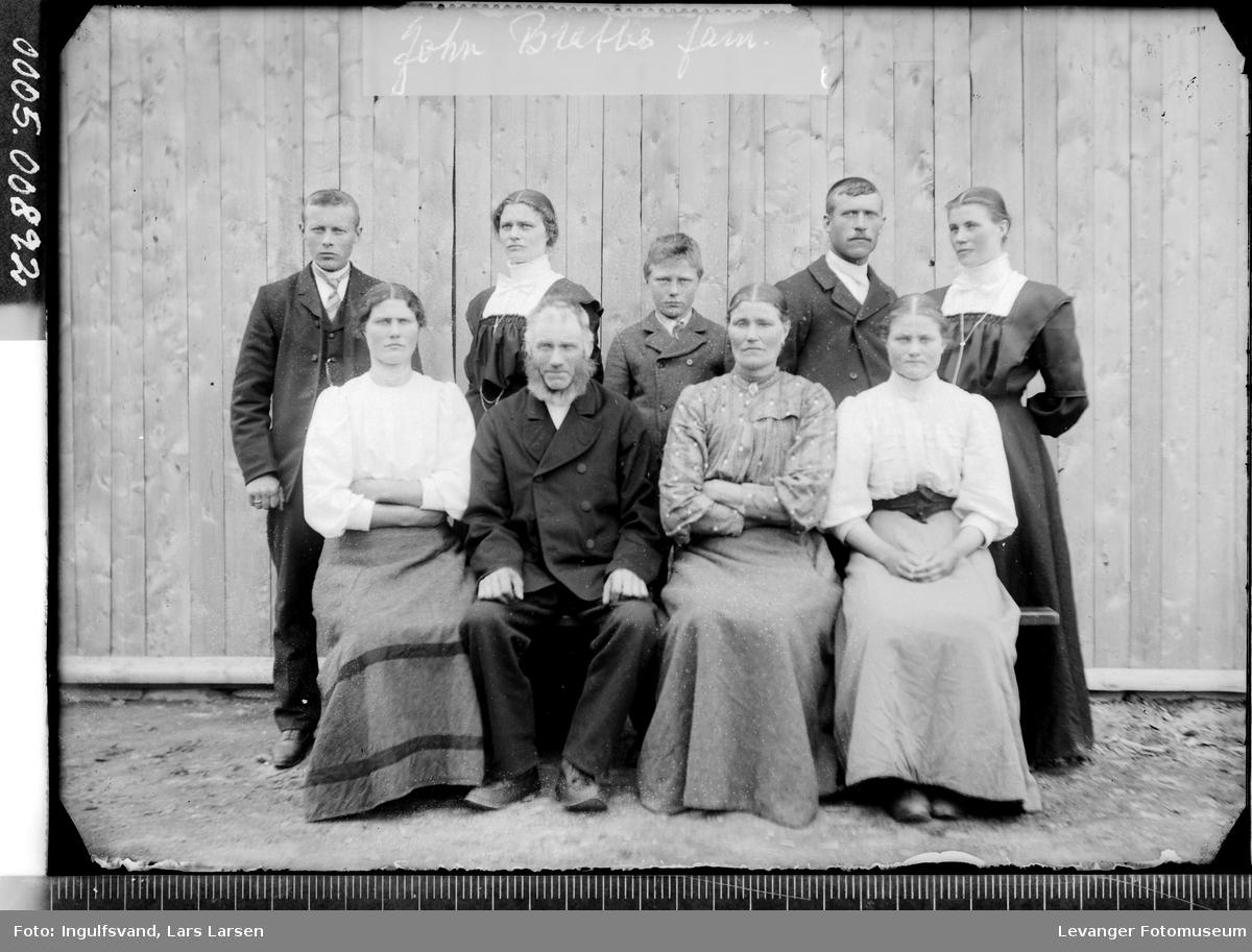 Gruppebilde av fem kvinner, to menn og to gutter.