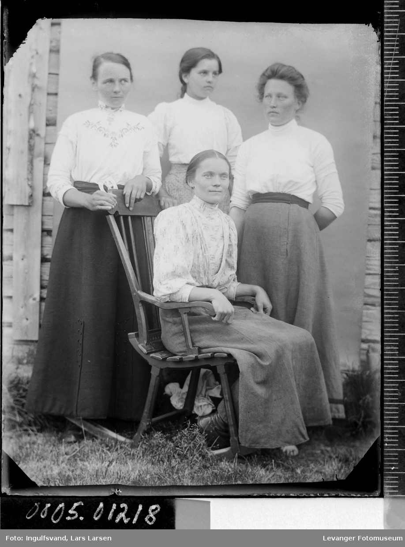 Gruppebilde av fire kvinner.