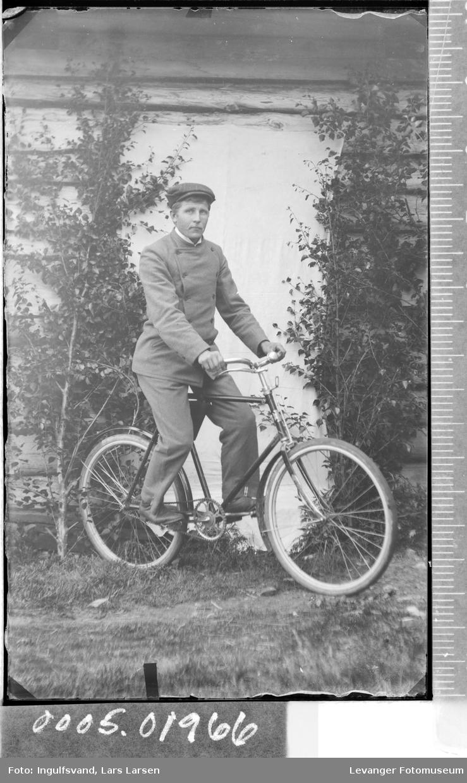 Portrett av en mann på sykkel.