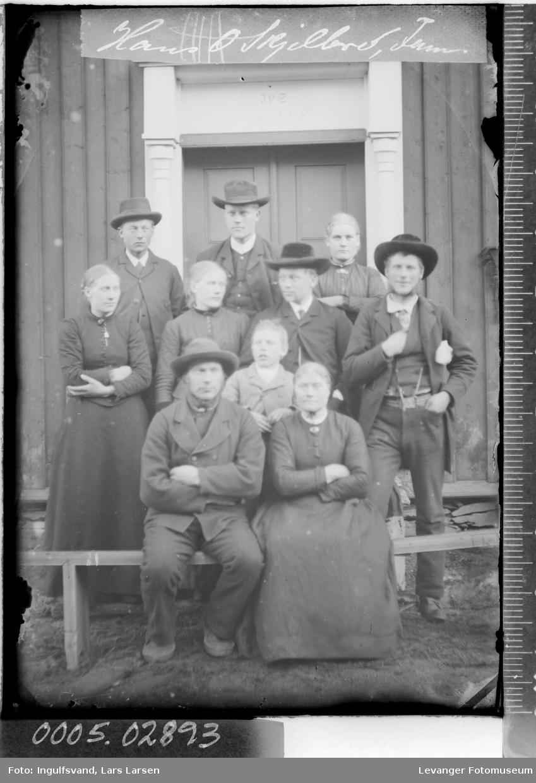 Gruppebilde av fem menn, fire kvinner og et barn.