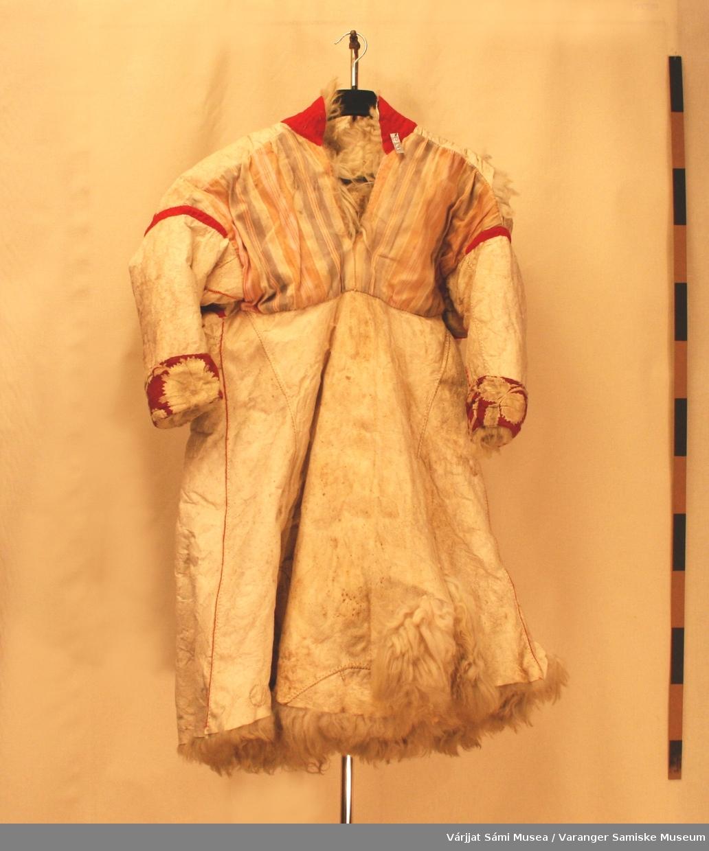 Saueskinnsdork, pyntet med rødt klede. Grunnet liten størrelse er det sannsynlig at den har tilhørt en dame.