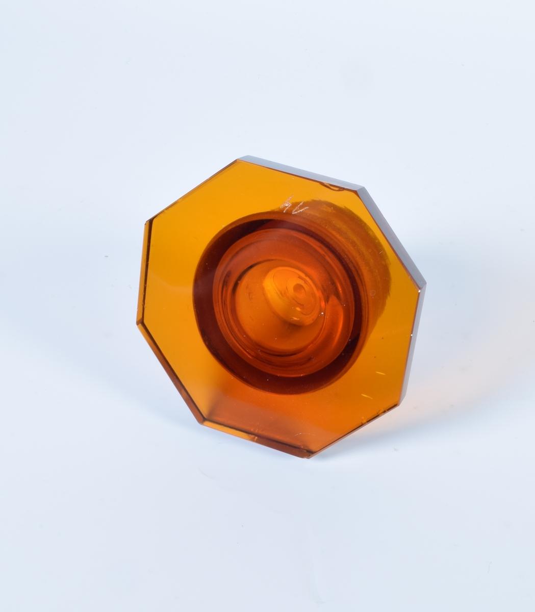 Seks identiske brune glasskruker med åttekantet, flatt lokk med propp. Samtlige har åttekantet hvit etikett med sort ramme.