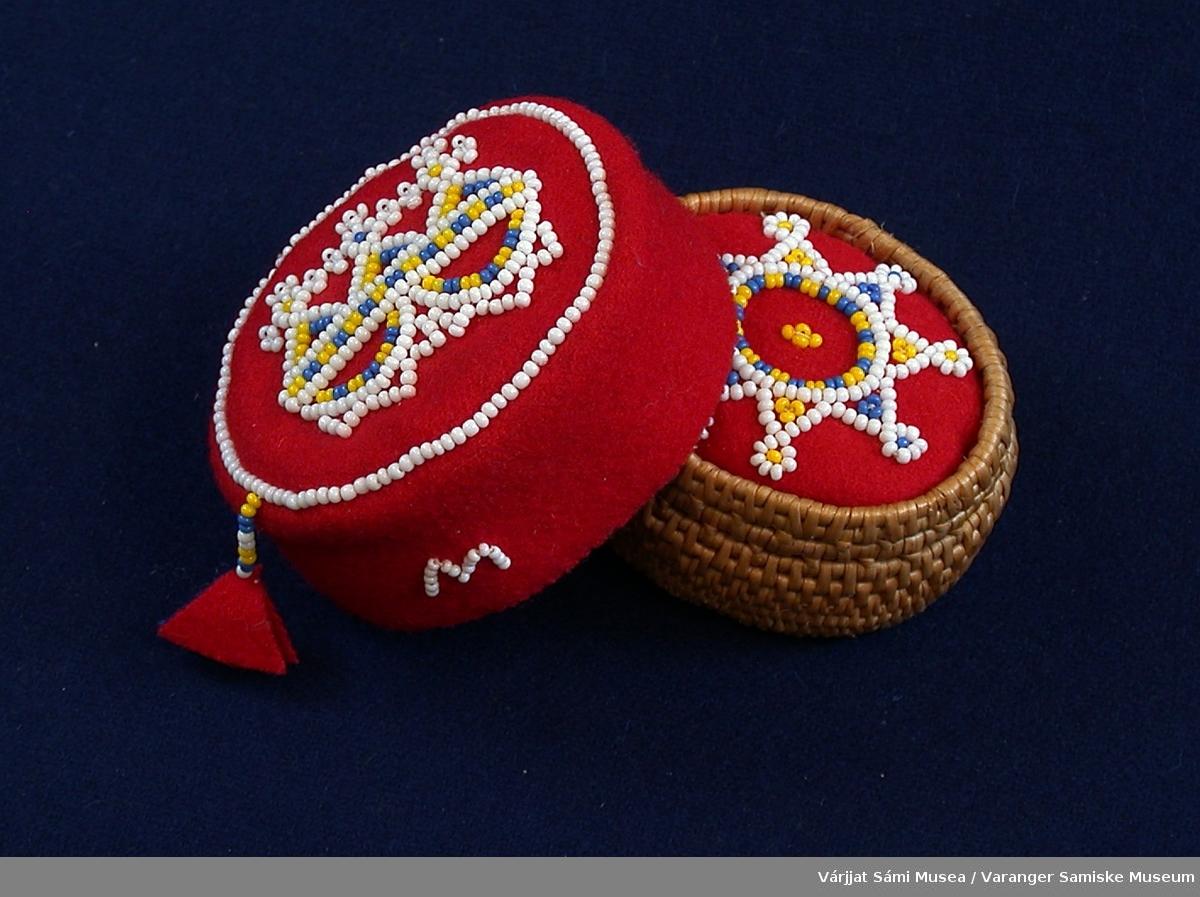 To runde nåleputer. Den ene av bjørketeger og klede dekorert med perler, den andre av klede dekorert med perler.  Den med teger har rødt klede i midten som er dekorert med glassperler i hvitt, gult og blått i stjernemotiv. Tegeren ligger som en kopp rundt kledet.  Den andre nåleputa er av rødt klede med en ring av hvite perler langs kanten oppe, på toppen/flaten. I midten er det et motiv av hvite, gule og blå perler. Motivet ligenr på symboler fra den samiske sjamantromma, de tre gudinnene Sáráhkká, Uksáhkká og Juoksáhkká. Langs kanten på denne nåleputa er det sydd fast en M av hvite perler.