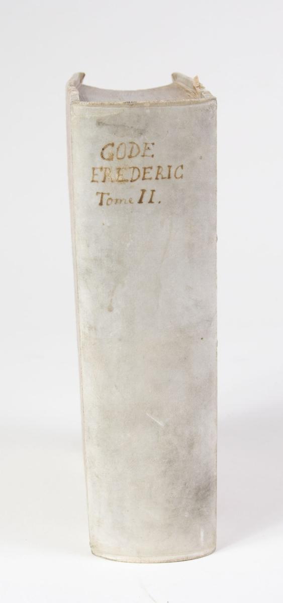 Innbundet bok, permens rygg er av skinn, permsidene av papp.  Sydd rygg.  Trykket tekst.  Boken er skrevet på fransk.  Bokens tittel håndskrevet med sort blekk på bokens rygg.