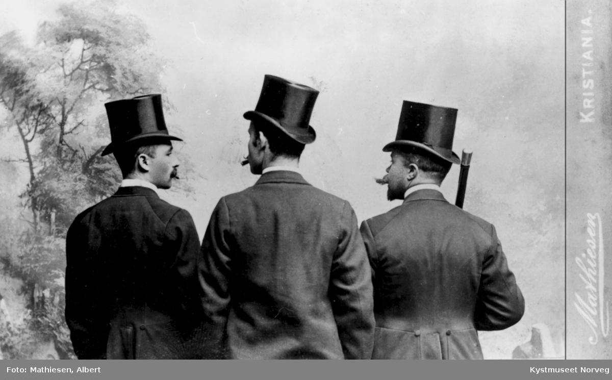 3 ukjente herrer med hatt og bart