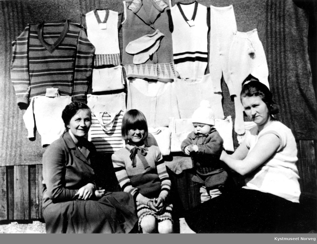 Maskinstrikkekurs, fra venstre ukjent lærerinne, Edith Formo, Sam Formo og Snefrid Haltvik Formo