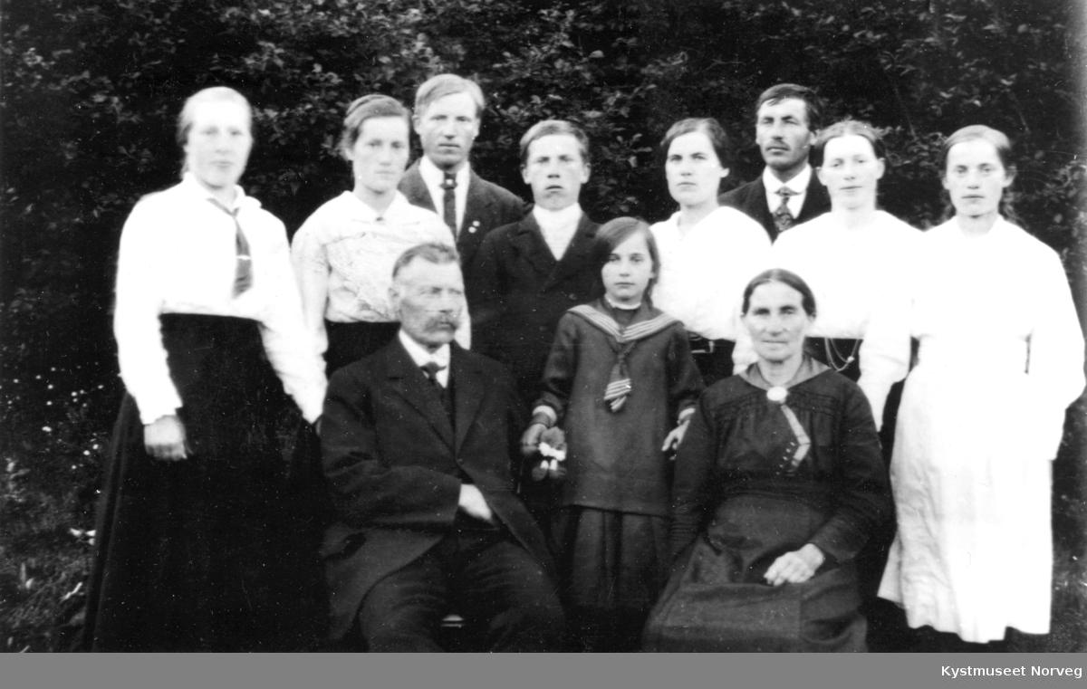 Jensine og Olav Søraa med barna fra høyre: Ragnhild, Molfrid, Odin, Einar, Astrid, Bjarne, Jørgine, Anna og Lotte i midten