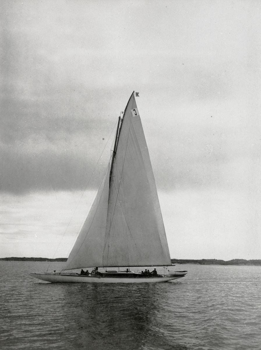 Fartyg: INGUN                          Bredd över allt 3, 04 meter Längd över allt 21,15 meter  Rederi: Sundén-Cullberg, Alrik Byggår: 1920 Varv: Åbo Båtvarv Konstruktör: Westin, Zacke Övrigt: Denna bild förefaller tagen vid samma tillfälle som försättsplansch i KSSS årsbok 1920 (samma temporära segelnummer). INGUN blev inom kort nedriggad till 120 kvm och fick segelnummer 120-S3.