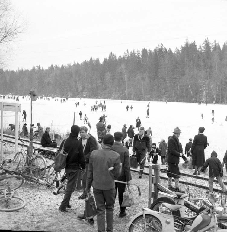 """Enligt notering: """"Ishockeybanor (Bjursjön) Odinsberg. Valkeskroken 10/1 1960""""."""